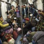 Migrantes centroamericanos viajan en el metro después de dejar el refugio temporal en el estadio Jesús Martínez, en la Ciudad de México, el viernes 9 de noviembre de 2018.  (AP Foto / Rodrigo Abd)