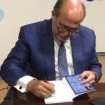 Rostros. José Silié firmando su libro.