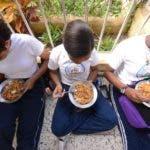 Reportaje a la comida de la Escuela Primaria Emma Balaguer. Sabana Perdida. Santo Domingo Este Rep. Dom. 7 de noviembre de 2018. Foto Pedro Sosa