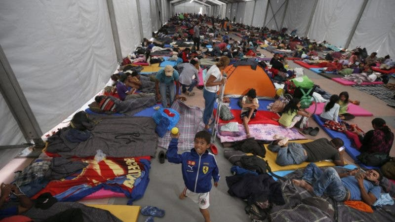 Los migrantes centroamericanos, parte de una caravana que espera llegar a Estados Unidos, se asientan en un refugio en el estadio Jesús Martínez en la Ciudad de México, el lunes 5 de noviembre de 2018.  (AP Foto / Marco Ugarte)