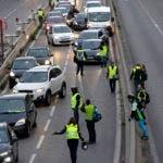 Manifestantes bloquean un carril de una autovía durante una protesta contra un impuesto a los combustibles, en Marsella, en el sur de Francia, el 17 de noviembre de 2018. (AP Foto/Claude Paris)