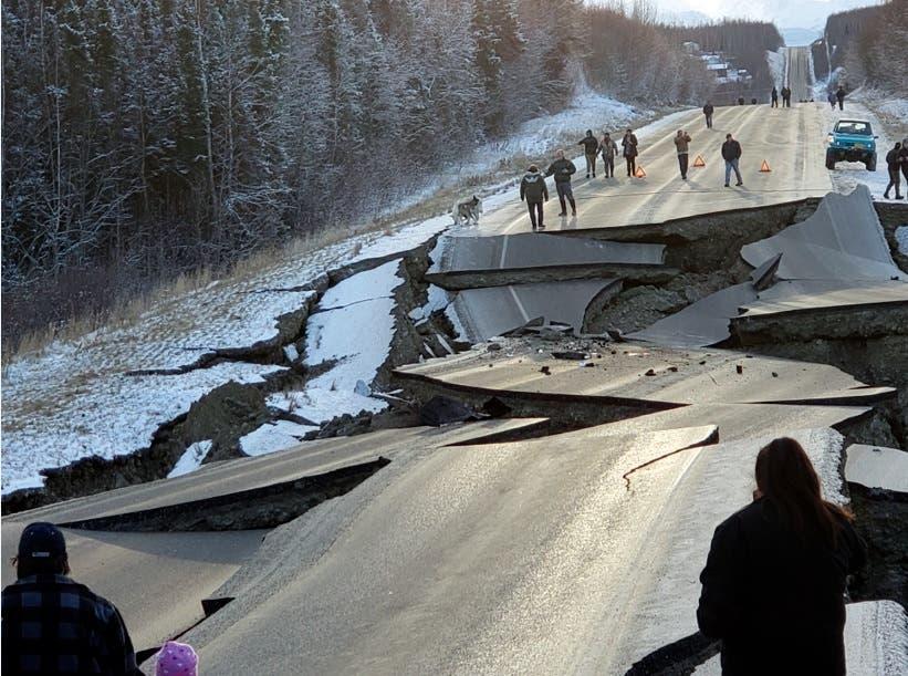 Terremotos consecutivos de magnitud 7,0 y 5,7 han deformando carreteras en Alaska