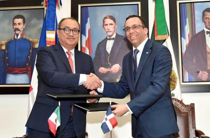 Navarro firma acuerdo con su homólogo mexicano para impulsar televisión educativa