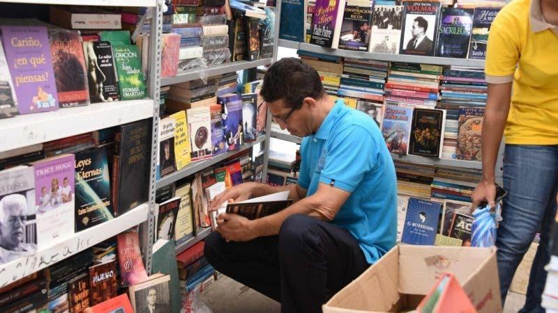 Cotui, hombre libreria (1)