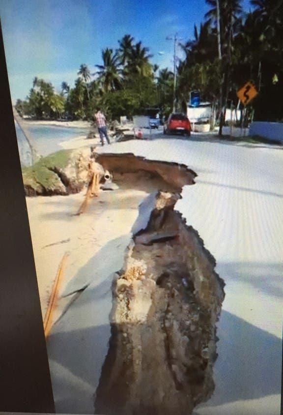En Las Terrenas la calle turística hacia Punta Popy se desploma