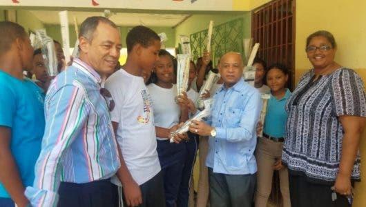 El cónsul Rodríguez dona instrumentos musicales en Sabana de la Mar