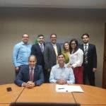 Edwin de los Santos, presidente de AES y Roberto Herrera, director de CEPM, con colaboradores