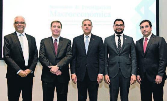 En la foto el ministro de Hacienda y los expositores del seminario.