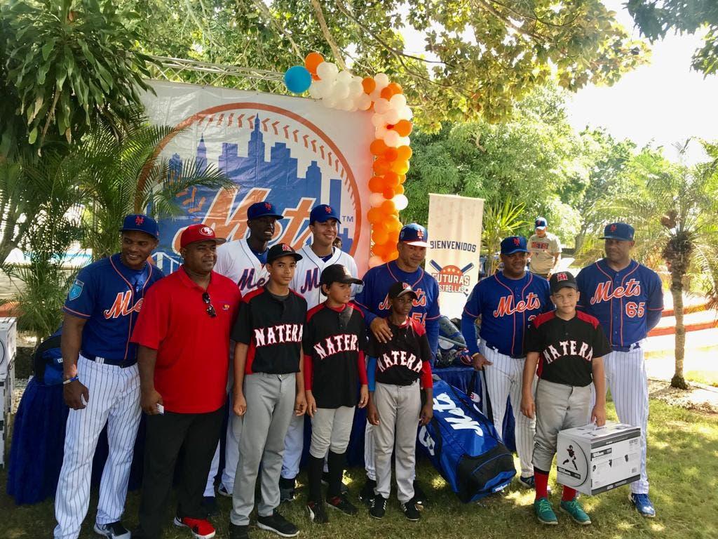 """METS de NY dona equipos para la práctica de béisbol a """"Futuras Estrellas"""" en RD"""