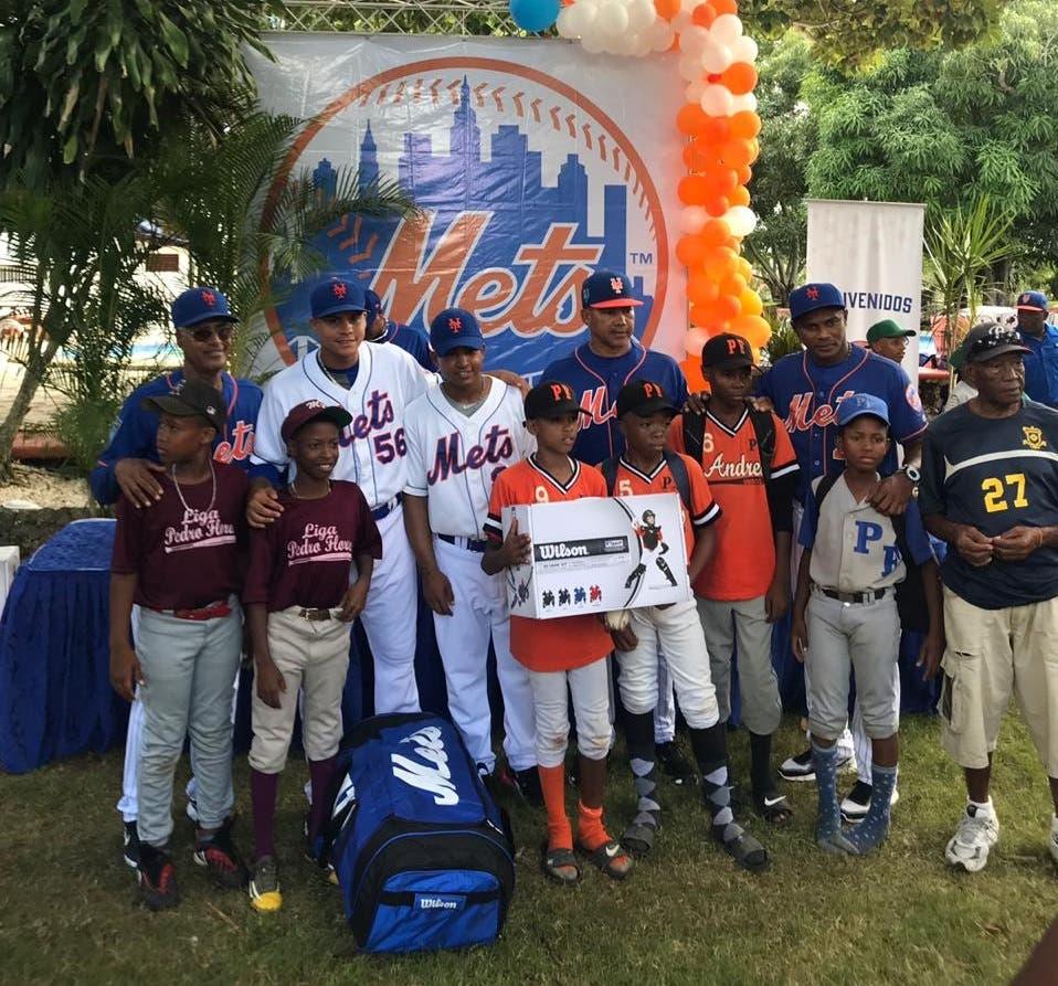 Entrega de equipos a niños Futuras Estrellas por parte d elos Mets de NY 3