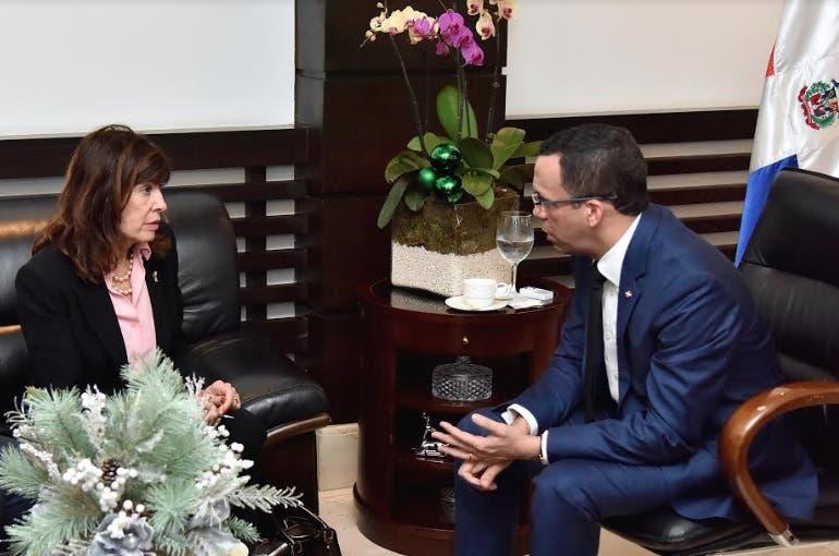 Ministro de Educación y embajadora EEUU acuerdan relanzar cooperación