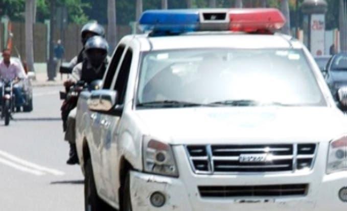 Policías penetran armados a una escuela de Baní y provocan «pánico» en estudiantes; buscaban a un conserje
