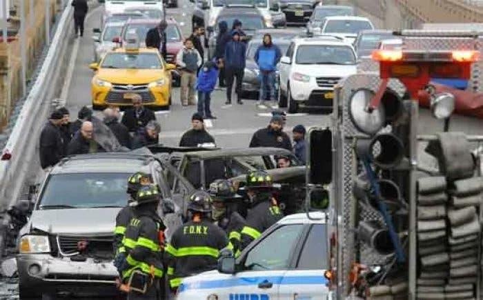 Un muerto y seis heridos en un accidente de tráfico en el puente de Brooklyn