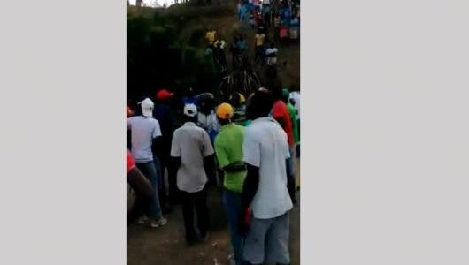VIDEO: Mira cómo turba de haitianos despojó al doctor Pedro Ureña de motocicleta