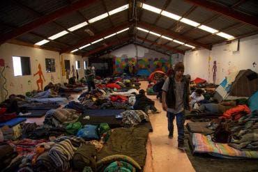 Al menos 300 migrantes se instalan en nuevo albergue en Tijuana