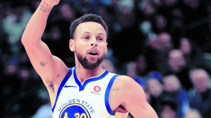 DALLAS, TX - JANUARY 03: Stephen Curry #30 of the Golden State Warriors reacts after a three-point shot against the Dallas Mavericks at American Airlines Center on January 3, 2018 in Dallas, Texas. NOTE TO USER: User expressly acknowledges and agrees that, by downloading and or using this photograph, User is consenting to the terms and conditions of the Getty Images License Agreement.   Ronald Martinez/Getty Images/AFP == FOR NEWSPAPERS, INTERNET, TELCOS & TELEVISION USE ONLY ==