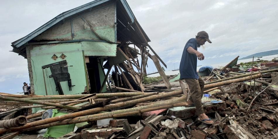 Al menos 373 personas mueren y más de 1,400 resultan heridas por tsunami en Indonesia
