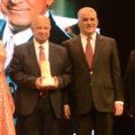 El pais/ En el Teatro nacional Fue premiado con  el premio Oscar de la Renta ,el Medico Cirujano Rafael Lantigua ,Hoy/Jose Francisco.6-12-2018