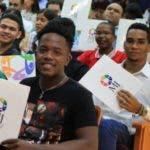 El Ministerio de la Juventud hizo entrega de sus cartas de becas a los 1,200 beneficiados de la Convocatoria Nacional de Transformación Digital del programa de becas Agentes del Cambio, en un acto encabezado por la ministra de la Juventud, Robiamny Balcácer, en el Pabellón de la Fama del Deporte Dominicano del Centro Olímpico Juan Pablo Duarte. Fuente externa 11/12/2018