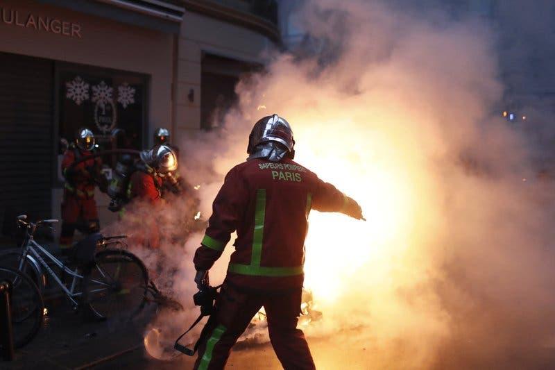 París reabre museos, limpia las calles, tras disturbios