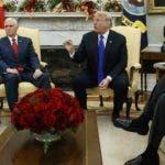 La líder de la minoría de la Cámara de Representantes Nancy Pelosi, el vicepresidente Mike Pence, el presidente Donald Trump y el líder de la minoría del Senado Chuck Schumer, discuten durante una reunión en la Oficina Oval en la Casa Blanca el martes 11 de diciembre de 2018 en Washington. (AP Foto/Evan Vucci)
