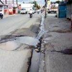 En Bani provincia Peravia se registran fuga de agua en las calles, por la presión del agua y la mala condiciones de la tubería. Fuente externa 27/11/2018