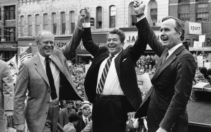 4.  3 de noviembre de 1980, el ex presidente Gerald Ford presta su apoyo al candidato presidencial republicano Ronald Reagan y su compañero de fórmula George H.W. Bush, en Peoria, Illinois.