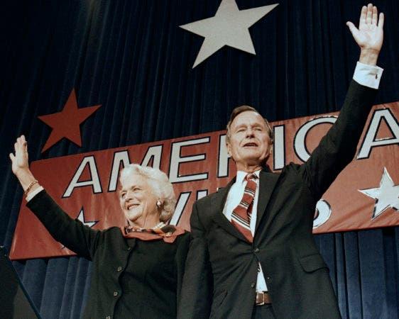 9. 8 de noviembre de 1988, el presidente electo George H.W. Bush y su esposa Barbara saludan a los simpatizantes en Houston, Texas, luego de ganar las elecciones presidenciales.