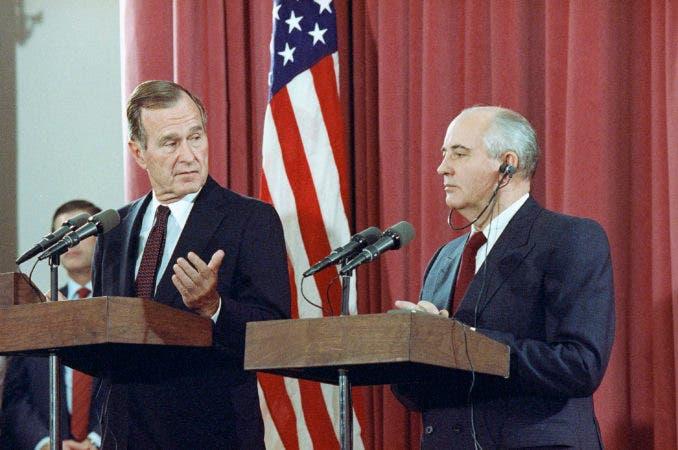 10. 29 de octubre de 1991, el presidente George H.W. Bush hace gestos durante una conferencia de prensa conjunta con el presidente soviético Mijail Gorbachov, en la embajada soviética en Madrid.