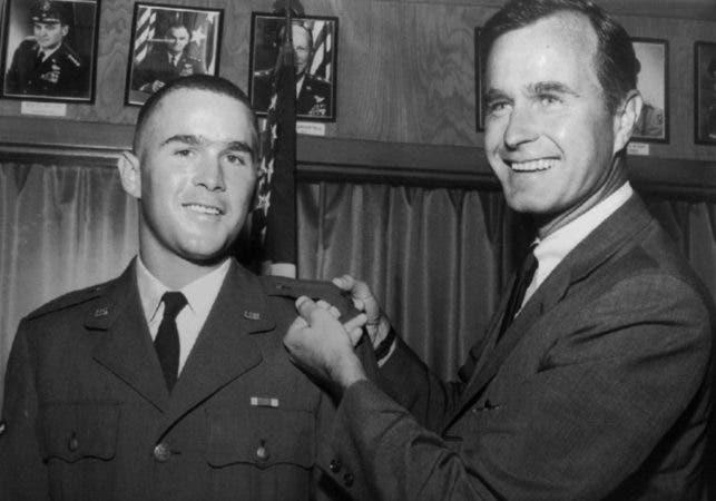 6. foto de archivo de 1968 proporcionada por la Guardia Nacional de Texas, George H.W. Bush, a la derecha, está a punto de ponerle una barra de teniente a su hijo, George W. Bush, después de que Bush fue nombrado oficial de la Guardia Nacional Aérea de Texas en Ellington Field, Texas.