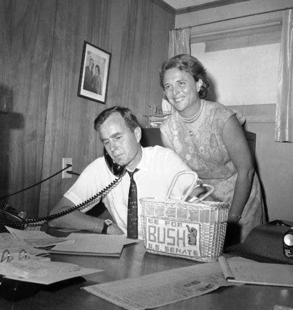 3. 6 de junio de 1964, foto de archivo George H.W. Bush, candidato a la nominación republicana para el Senado de EE. UU., Recibe devoluciones por teléfono en su sede de Houston, mientras su esposa Barbara sonríe ante la noticia.