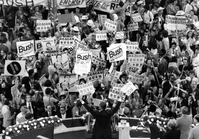 5.  16 de julio de 1980, George H.W. Bush, en primer plano del centro, reconoce a la multitud antes de hablar con los delegados de la Convención Republicana en Detroit, Michigan.