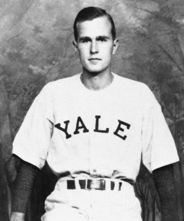 1. En esta foto de 1947, George H.W. Bush aparece como capitán del equipo de béisbol de Yale, en New Haven, Connecticut. Bush jugó en la primera Serie Mundial Universitaria en 1947.