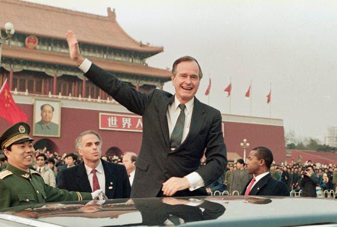 """14. 25 de febrero de 1989, luego el Presidente de los Estados Unidos, George H.W. Bush se para en su auto y saluda a la multitud en la Plaza Tiananman en Beijing. Los medios estatales chinos están elogiando a Bush como un """"estadista de visión"""", recordando el papel del fallecido presidente en ayudar a poner fin a la Guerra Fría y establecer políticas hacia China. El diario China Daily dijo el lunes 3 de diciembre de 2018 que Bush en la década de 1980 se dio cuenta de que China era diferente de la Unión Soviética y reconoció el potencial de cooperación."""