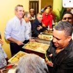 Abinader sirve raciones de comida a los asistentes alencuentro en SDE