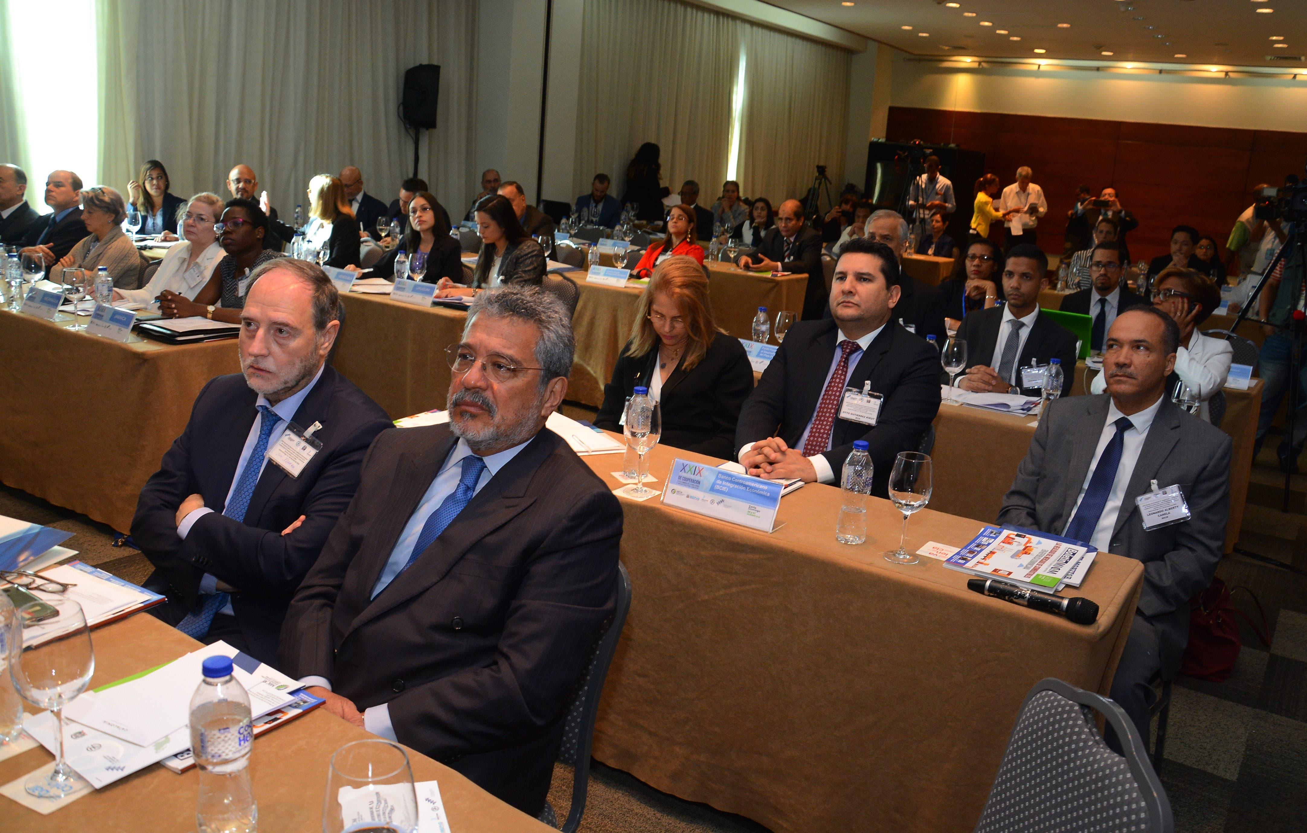 Directores de cooperación internacional discuten cómo reducir costos de logística y transporte carretero en AL y el Caribe