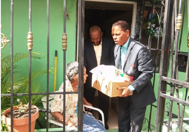 Reverendo entrega cajas con alimentos a familias afectadas por explosión Polyplas