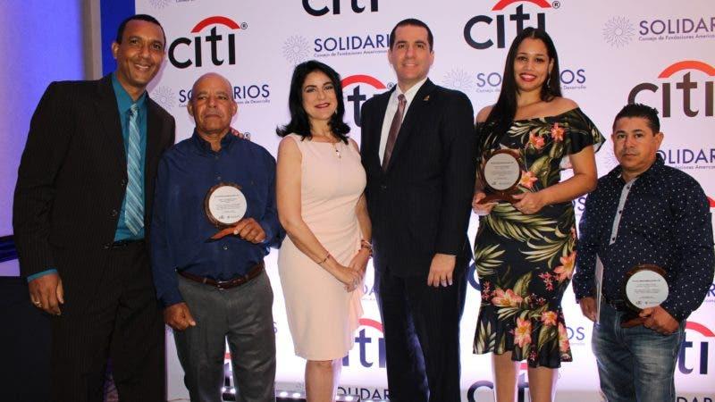 Foto Principal   Equipo de la FDD junto a su presidenta Amelia Reyes Mora y sus clientes ganadores de Premios Citi 2018