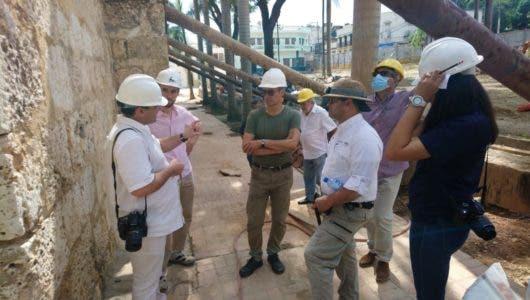 Los expertos espanoles junto al equipo dominicano de restauracion del templo de Santa Barbara