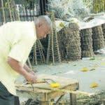 Reynaldo de Jesús, quien lleva 37 años en la creación de artesanía navideña la cual vende en la Churchill