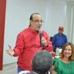 (foto) Quique Antun habla en el encuetro navideño. A su lado, su esposa Lilly de Antún
