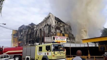 Video: Incendio destruye L&R Comercial de la calle San Antón, Herrera