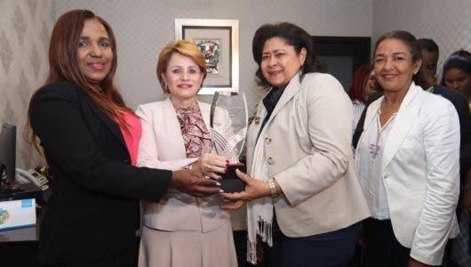 Enfermeras reconocen esfuerzos de Lucía Medina a favor del gremio