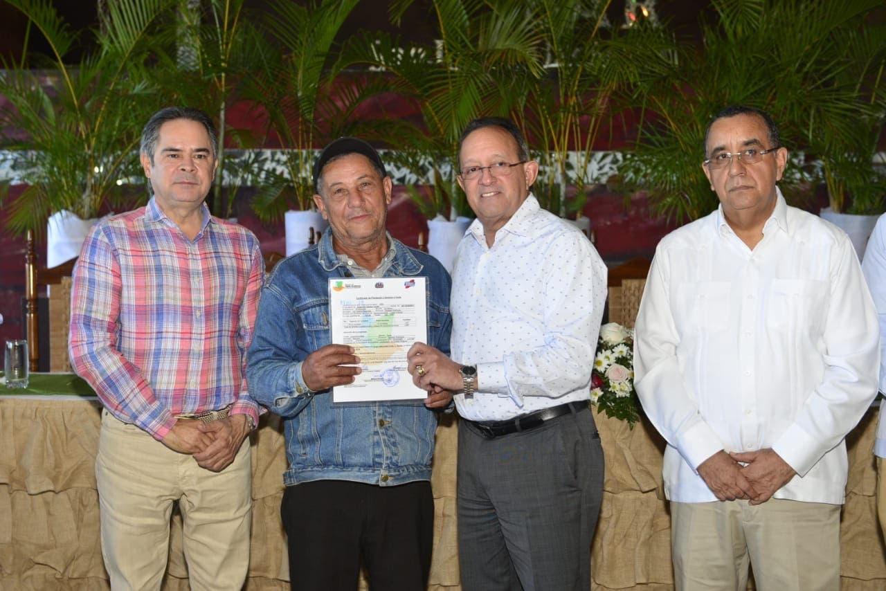 Ministerio de Medio Ambiente entrega certificados de plantación y derecho a corte para la preservación de los bosques