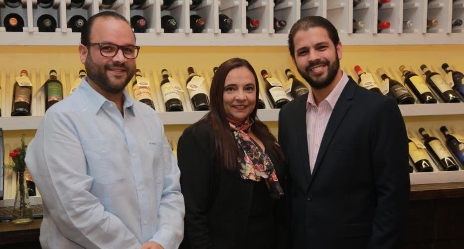 Invitan a clientes a ser parte de club de vinos