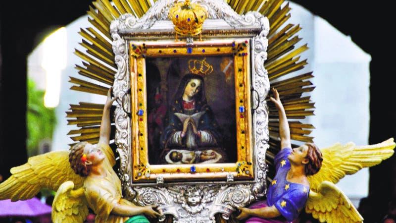 El País/ El Padre Nelson Clark, encabeza la procesión de la virgen de la Altagracia en un recorrido en el Distrito Nacional, Hoy/José Francisco.21-1-2012
