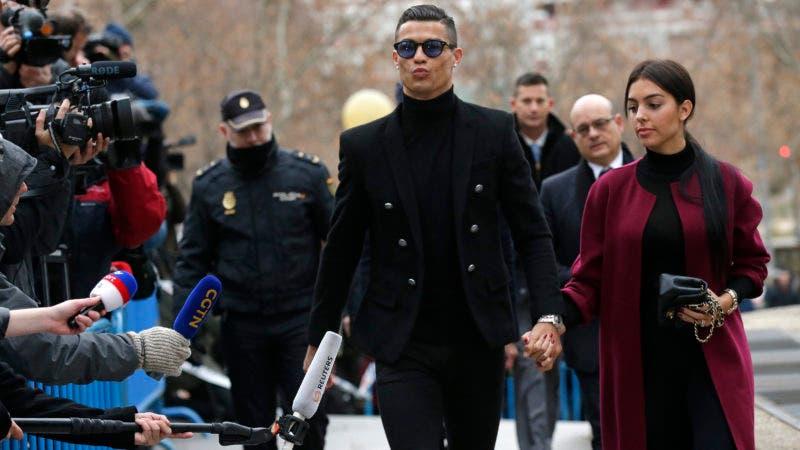 Cristiano Ronaldo llega al tribunal en Madrid, martes 22 de enero de 2019. Ronaldo se declaró culpable de fraude fiscal en España que le reportó una condena suspendida de dos años de prisión y multas de 21,6 millones de dólares. (AP Foto/Manu Fernández)
