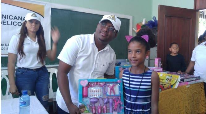 Abogados evangélicos entregan juguetes en sector San Carlos