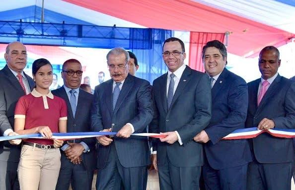 Presidente Medina entrega dos centros educativos en Moca