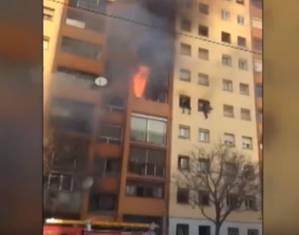 Video: Tres muertos y 29 heridos en incendio en un edificio de viviendas en Badalona, Barcelona